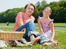 Twee tieners bij picknick stock afbeeldingen