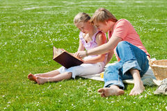 Twee tieners bij picknick stock foto