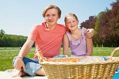 Twee tieners bij picknick stock afbeelding