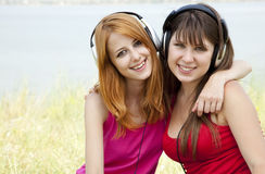 Twee tieners die aan speler luisteren Stock Foto