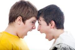 Twee tieners die bij elkaar gillen Stock Foto