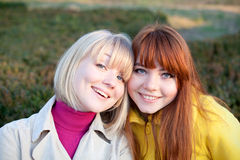 Twee tieners in openlucht Royalty-vrije Stock Afbeeldingen