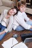 Twee tieners zijn vermoeid doend hun lessen stock foto's