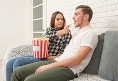 Twee tieners zitten op de laag lettend op TV royalty-vrije stock foto's