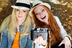 Twee tienersmeisje die selfe met camera nemen Royalty-vrije Stock Foto