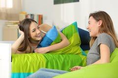 Twee tienervrienden die in een slaapkamer spreken royalty-vrije stock afbeeldingen