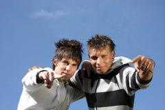 Twee tienervrienden die met vingers richten Stock Fotografie