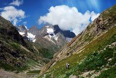 Twee toeristen in de bergen Stock Foto's