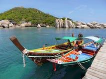 Twee toeristenboten op de pijler op een zonnige dag royalty-vrije stock afbeeldingen