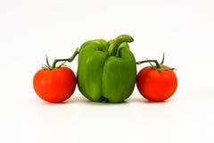 Twee tomaat en één groene capsicum stock foto