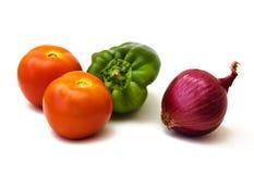 Twee tomaten, groene paprika, rode ui royalty-vrije stock foto's