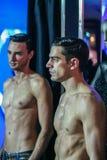 Twee topless modellen op de modeshow royalty-vrije stock afbeelding