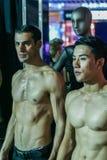 Twee topless modellen op de modeshow stock foto