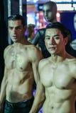 Twee topless modellen op de modeshow stock afbeeldingen