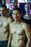 Twee topless modellen op de modeshow royalty-vrije stock foto's