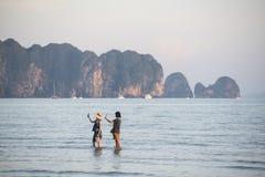 Twee toruists die selfie bij Ao Nang strand nemen stock afbeelding