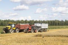 Twee tractoren op tarwegebied Royalty-vrije Stock Foto's