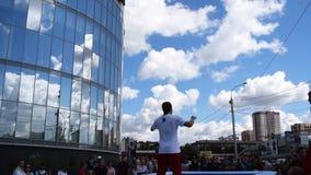 Twee trampoliners die trucs doen stock videobeelden