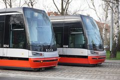 Twee trams op de parallel cobbled sporen in Praag, Tsjechische republiek Stock Fotografie