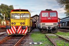 Twee treinen in depot stock afbeeldingen