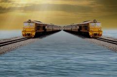 Twee treinen stellen parallel aan het spoor in werking, die boven het water, achtergrondavondhemel, Mooie omgeving drijven stock fotografie