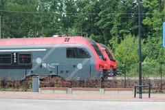 Twee treinen van r-NET tussen Gouda en het hol Rijn die van Alphen aan op Boskoop-post in Nederland wachten royalty-vrije stock foto's