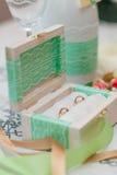 Twee trouwringen in een doos Stock Foto's