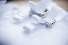 Twee trouwringen in lint Royalty-vrije Stock Foto's