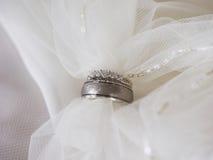 Twee trouwringen met sluier treaded door royalty-vrije stock foto