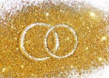 Twee trouwringen op goud schitteren fonkeling op witte achtergrond Royalty-vrije Stock Foto