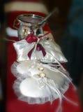 Twee trouwringen op het witte stootkussen van het hartkant Royalty-vrije Stock Afbeelding