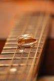 Twee trouwringen zijn op gitaarstrepen royalty-vrije stock afbeelding