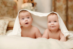 Twee tweelingbabys, meisjes Royalty-vrije Stock Fotografie