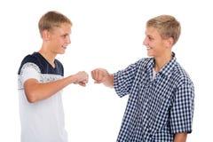 Twee tweelingbroers begroeten elk Stock Afbeeldingen