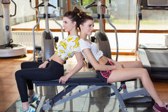 Twee tweelingen om sporten in de gymnastiek te spelen Stock Foto