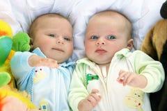Twee tweelingen van babyjongens stock foto's