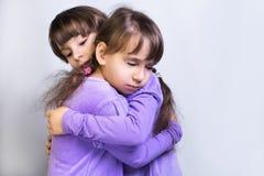 Twee tweelingen van de meisjeszuster Royalty-vrije Stock Foto's