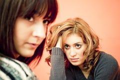 Twee twintig éénjarigen gedeprimeerde vrouwen Stock Afbeeldingen