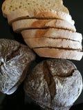 Twee types van breadntarwe en johannesbrood stock foto