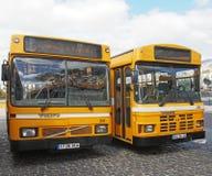 Twee typische gele openbare bussen die bij het busstation in Funchal madera worden geparkeerd stock foto's