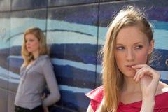 Twee uitgevallen meisjes Stock Fotografie