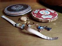 Twee uitstekende rookwolkdozen, twee uitstekende vrouwelijke horloges, ring en neckless Nostalgie geheugen Familiejuwelen scherp stock foto