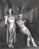 Twee uitvoerders kleedden zich in tovenaar hulpkostuums royalty-vrije stock afbeeldingen