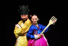 Twee uitvoerders van de Koreaanse traditionele dans van Busan bij theater stock afbeeldingen
