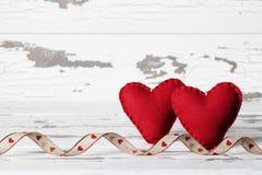 Twee Valentine Hearts en Lint Royalty-vrije Stock Foto's