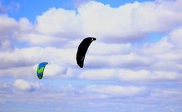 Twee valschermen tegen de blauwe hemel Stock Fotografie