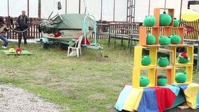 Twee van de het spelkatapult van kinderenjonge geitjes de Vogelsspel Boos het werpen speelgoed stock videobeelden
