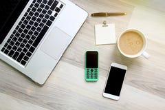 Twee van mobiele telefoon die verschillend van technologie royalty-vrije stock foto