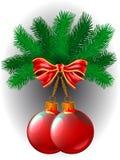 Twee van rode Kerstmisballen en de boog hangen op een tak Stock Foto's