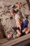 Twee Vechters MMA op de Vloer royalty-vrije stock fotografie